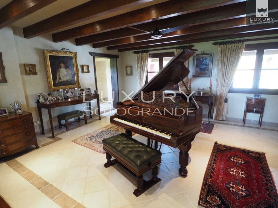 Excellent opportunity to acquire a luxurious Spanish country estate with Equestrian facilities - conveniently located just 20 minutes from Marbella and 15 minutes from Sotogrande