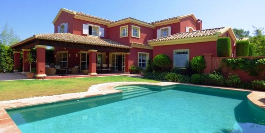 Charming Andaluz style villa in excellent condition located in Sotogrande Costa
