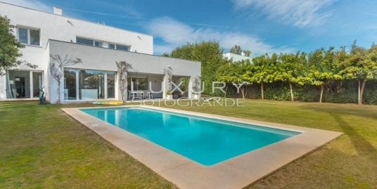 Beautiful contemporary villa for sale in Sotogrande Costa