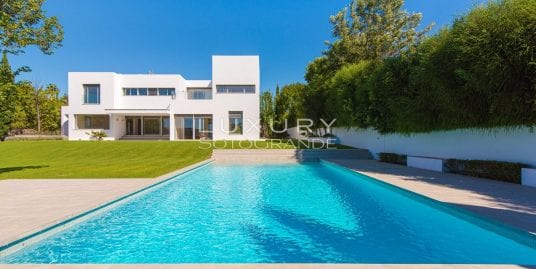 Contemporary style villa with impressive open views over the San Roque golf courses.